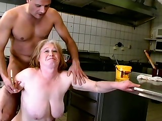 Wild mature trull with saggy big boobies gives quite a nice blowjob