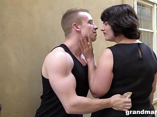 Fat bottomed cougar picks up a young man and gives him a ripsnorting blowjob