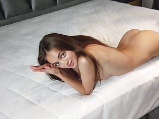 Aware of the stunner of her body Sophy likes to show off her naked body